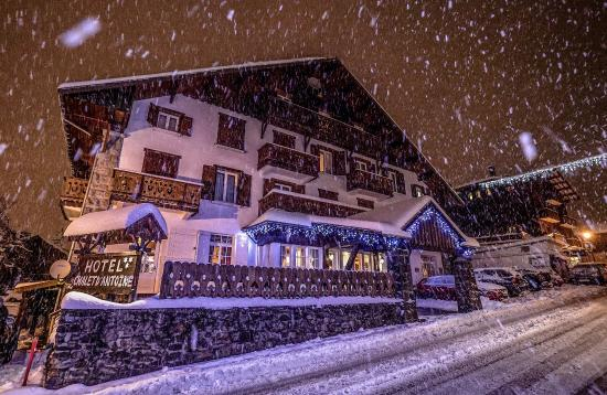 ‪شاليه دانطوان: Snowing over the chalet‬