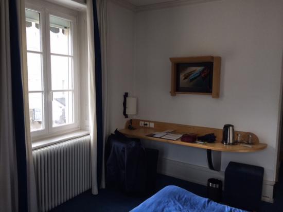 Hotel Le France : Plan de travail avec prise électrique