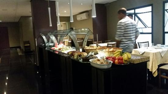Lugus Hotel: Café da manhã bom.