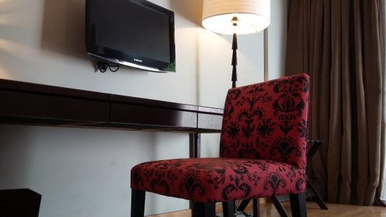 نوس هوتل بوينس آيرس سوهو: Escritorio y Tv. en la habitación.