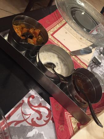 Bonnac, France: Très bon et copieux on ressort le ventre plein. Assortiment de beignet excellent avec les trois