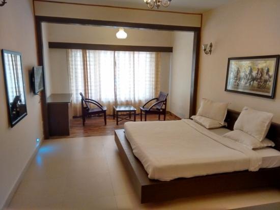 Hotel Sapphire Grand: Clean and Firm Bed