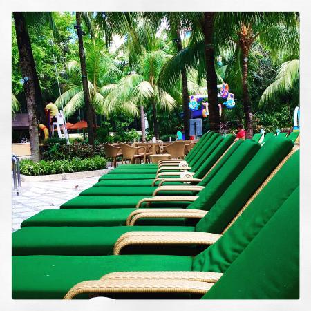 Edsa Shangri-La, Manila: Lots of room at the pool.