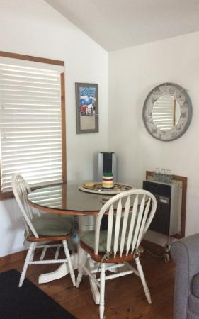 Cameo Cottage Bed & Breakfast: Dining for two!