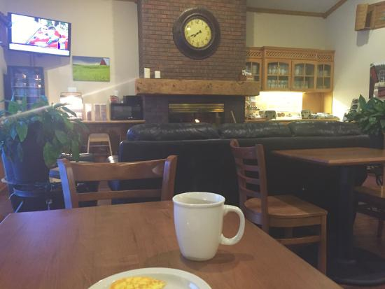 The Harrington Inn: Warm breakfast, hot coffee, clean dining room. Charming.