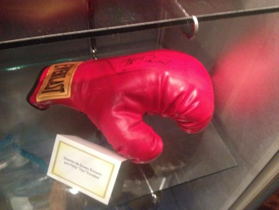 Museo del Deporte de Puerto Rico: .Signed boxing glove
