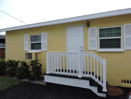 Englewood Bay Motel & Apartments: entrance