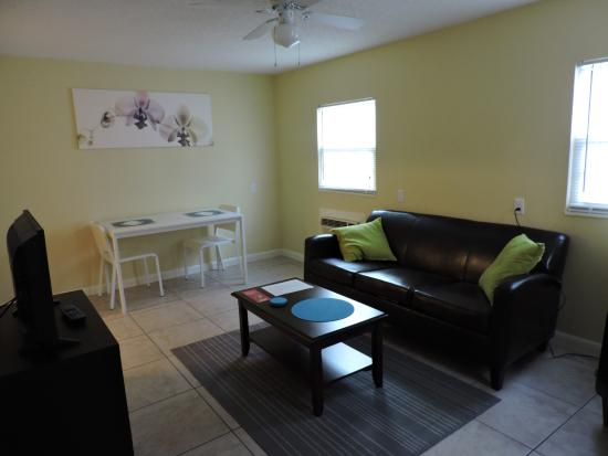 Englewood Bay Motel & Apartments: living room