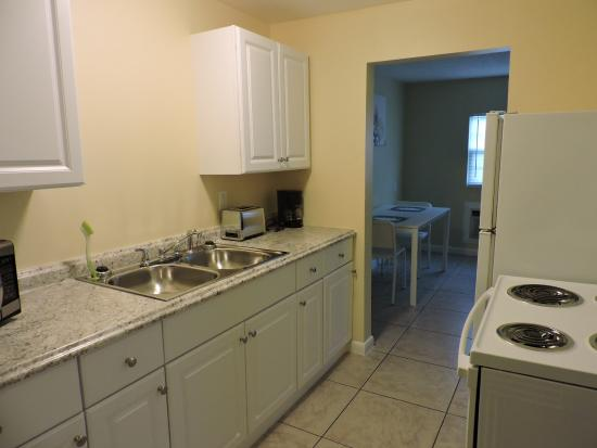 Englewood Bay Motel & Apartments: kitchen