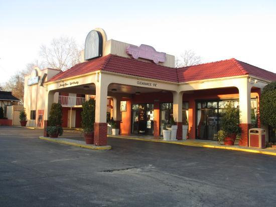 Olha a piscina em forma de viol o picture of days inn for Hotels near graceland memphis tn