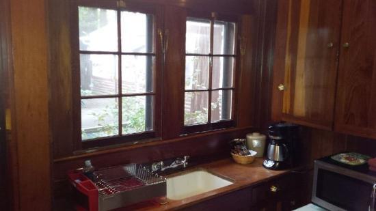Miranda Gardens: kitchen cabin