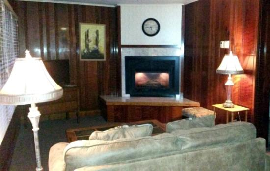 Miranda Gardens: Living room with fireplace
