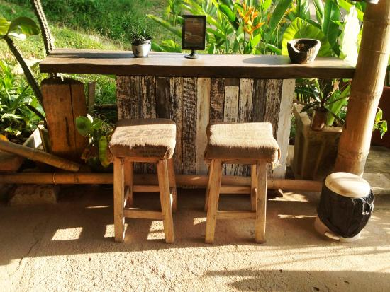 Monkey Biziness Cafe - Koh Lanta : Cozy little bar stools