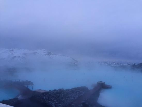 Grindavik, Islândia: The Blue Lagoon on a misty winter morning.