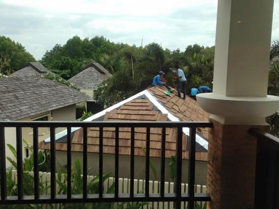 Bhu Nga Thani Resort and Spa: We got to enjoy the sounds and the view of workers on the roof