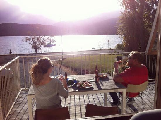 Te Anau Lakefront Backpackers : having dinner on the balcony.