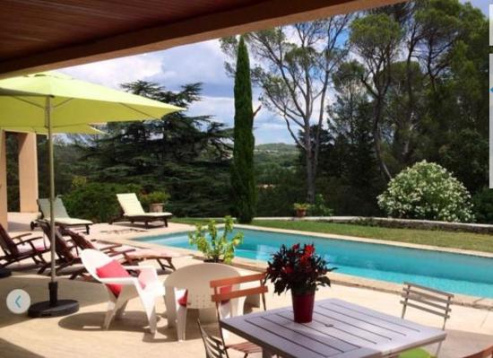 Saint-Clement-de-Riviere, Francia: Panoramic poolside peace