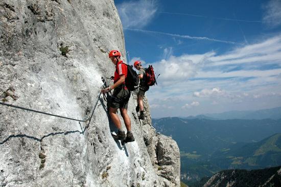 Klettersteig Englisch : Nicht ohne ausrüstung mittenwalder klettersteig mittenwald