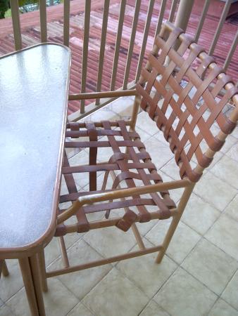 Galleon House Bed & Breakfast: Broken balcony furniture