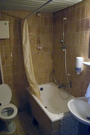 Hotel Opatija: 3 star bathroom...no need for further comment