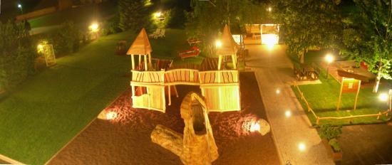 Alpino Family Hotel: Giardino di Gaia di notte