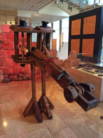 מוזיאון הכט, אוניברסיטת חיפה: The Ballistae exhibited just before the wooden ship display.
