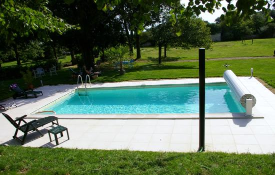 Monts-sur-Guesnes, Prancis: Heated Pool /Piscine Chaufée