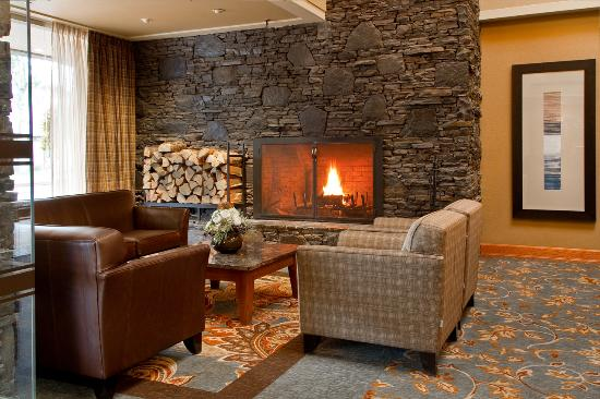 Banff Park Lodge Resort and Conference Centre: Cozy Lobby Fireplace