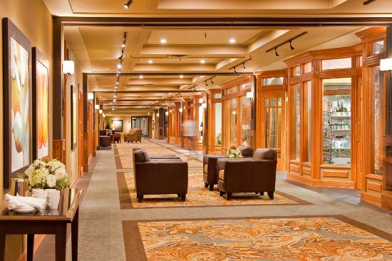 Banff Park Lodge Resort and Conference Centre: Hallway with Shops