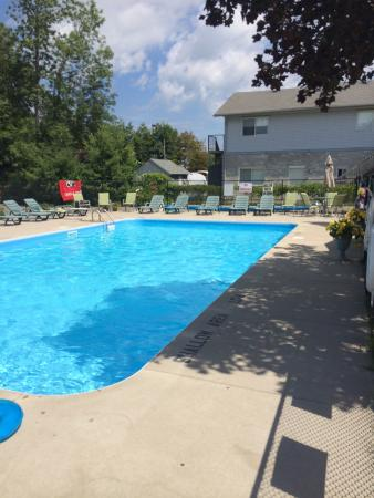 J&J Motel: Peaceful with beautiful salt water pool. Family fun at J&J