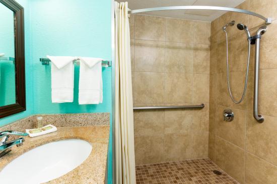 Super 8 Naples: Accessible Bathroom