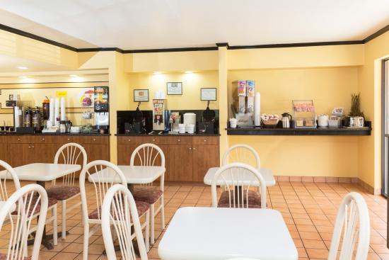 Super 8 Naples: Breakfast Area