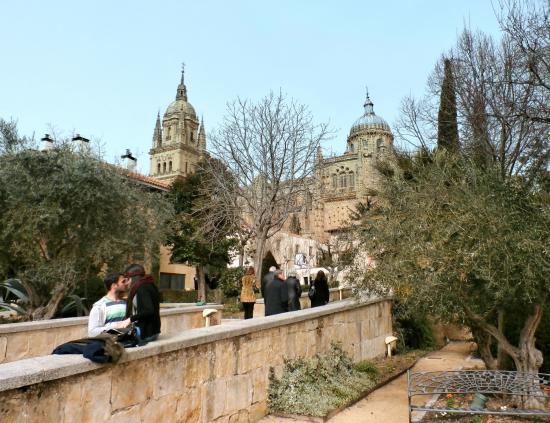 Enamorados y la catedral al fondo picture of huerto de calixto melibea salamanca tripadvisor - Jardin de calisto y melibea salamanca ...
