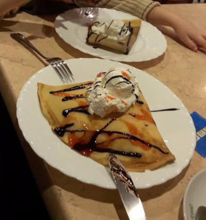Palacinkarnica Dizni: pancakes with strawberry mousse and with nutella