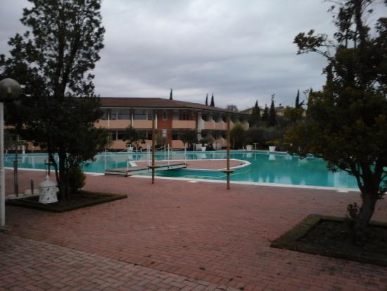 Piscina all 39 aperto foto di hotel centro turistico gardesano bussolengo tripadvisor - Hotel con piscine termali all aperto ...