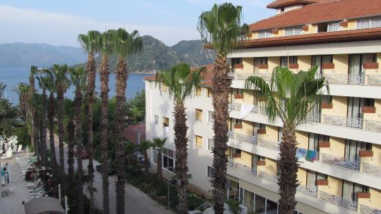 Hotel Aqua: Боковой вид на море и соседний отель из нашего номера
