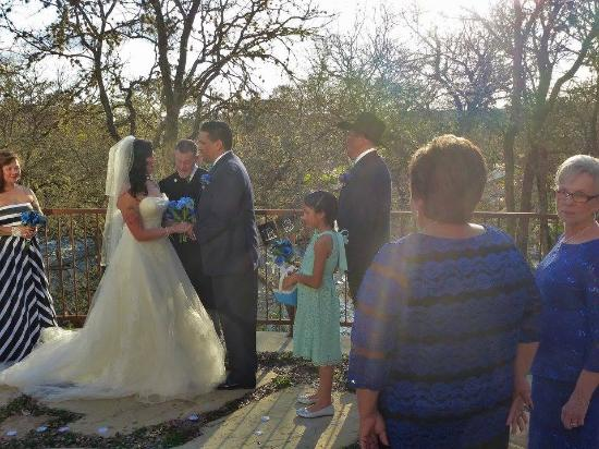 Gruene River Hotel & Retreat: Our wedding on the outside patio