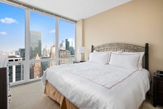 Manilow Suites at 215 West: Bedroom