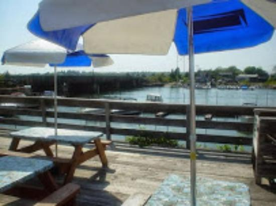 Buzzards Bay, MA: Outdoor waterfront casual dining