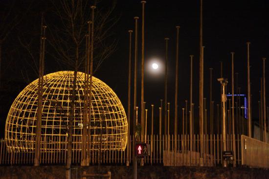 Paris, France: Глобус во дворе штаб-квартиры ЮНЕСКО