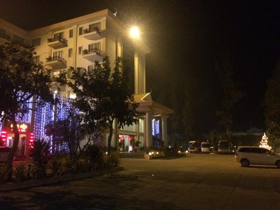 Stung Sangka Hotel: Hotel at night - very pretty with lots of lights