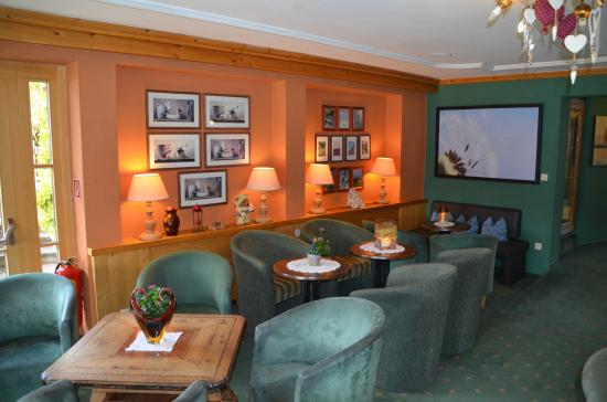 Hotel Edelweiss: The lounge was very popular at tea time and after dinner for all to discuss the day's adventures