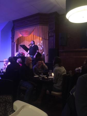 Walnut Street Supper Club: Garçom cantando, e muito bem!
