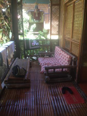 Frendz Resort and Hostel Boracay: relaxing space outside the room