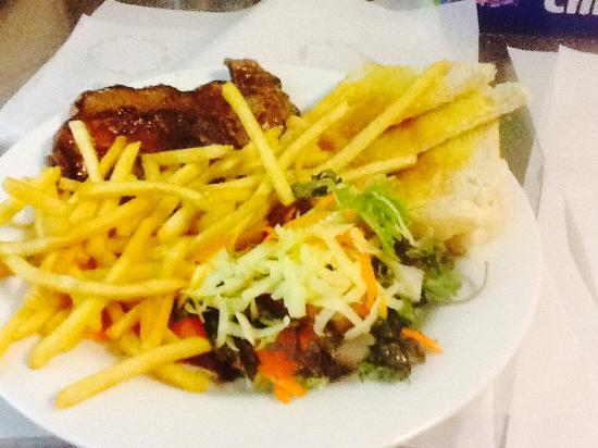 Helidon Australia  city pictures gallery : Helidon, Australia: Steak or chicken , chips and salad