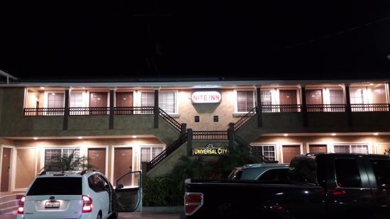 Nite Inn at Universal City: 숙소앞에서 찍은 사진