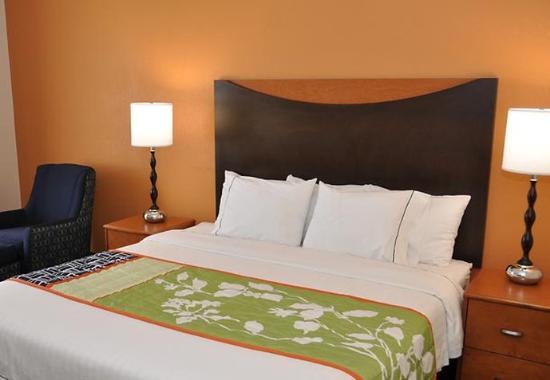 Fairfield Inn & Suites Nashville at Opryland : King Guest Room