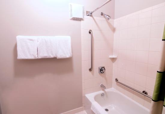 Fairfield Inn & Suites Lancaster: Guest Bathroom
