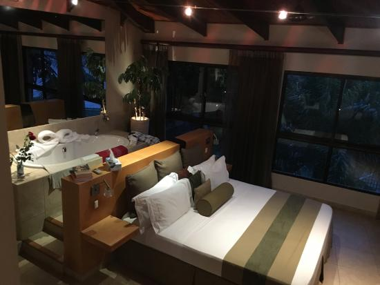 Schlafzimmer der Suite mit zusätzlicher Badewanne hinter dem Bett ...