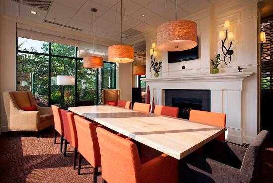 Hilton Garden Inn Poughkeepsie/Fishkill: Lobby Table